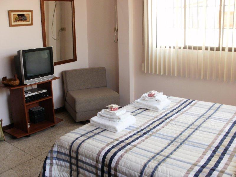 Bedroom: sleeps 3
