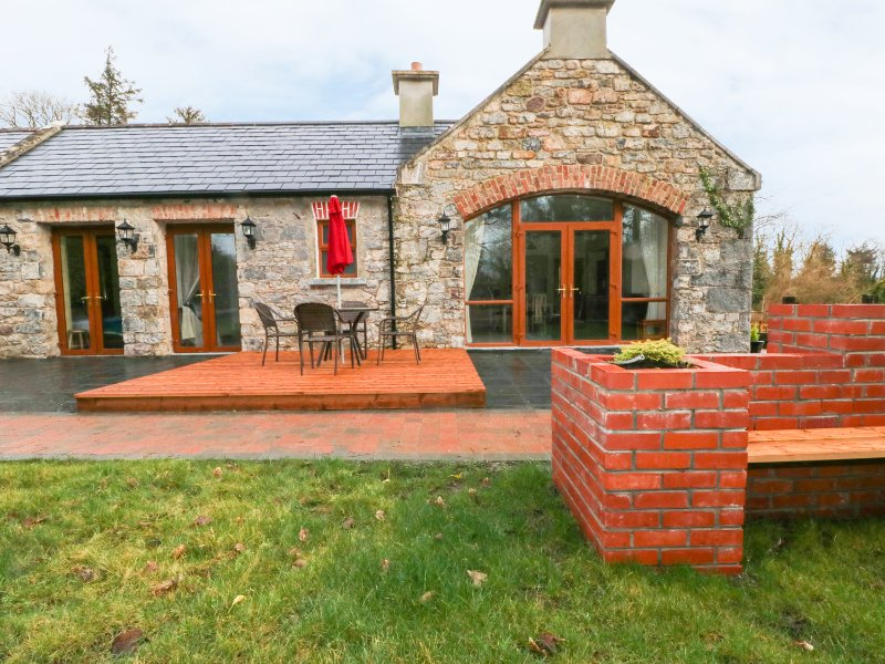 GRANNY'S COTTAGE, en-suite, original features, sauna, Ref 973629, holiday rental in County Waterford