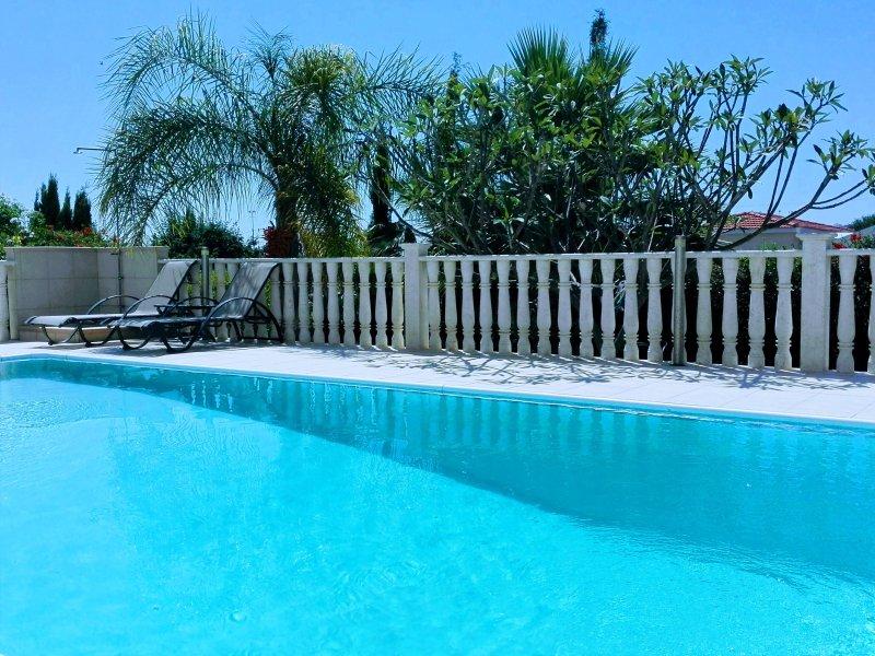 Der Pool ist privat und umgeben von Frangipani und Palmen