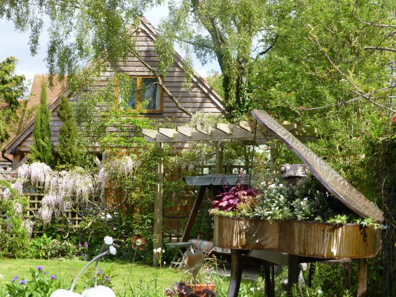 Wisteria Lodge in the village of Cumnor, 3 miles from the City center of Oxford., vacation rental in Botley