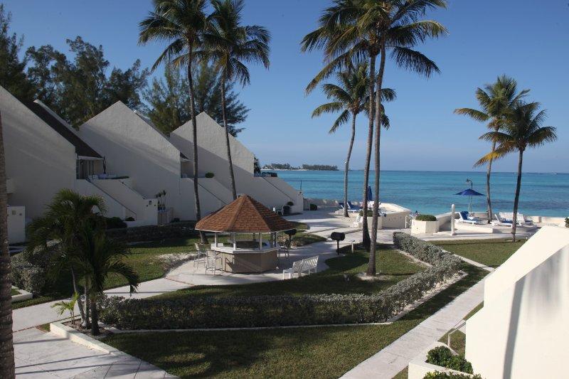 Westwind 2 Club: 2-Bedrooms, Sleeps 6, Full Kitchen. 5 min walk to Bahamar!, vacation rental in Nassau