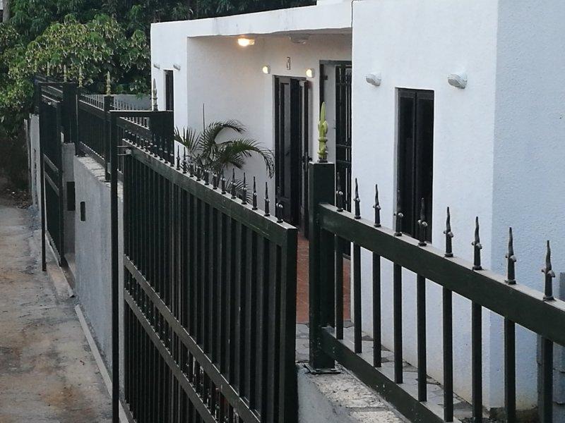 2 minutes à pieds de la plage, location dans maison de 2 appartements de 55 m2, holiday rental in Pointe Aux Piments