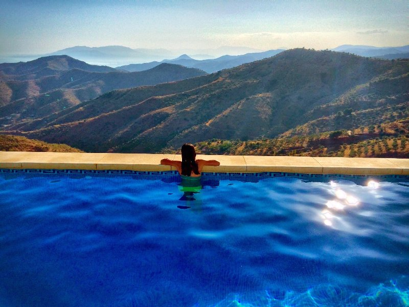 Vue piscine sur Malaga, montagnes et mer