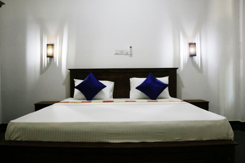 Clean and spacious rooms with a pool, vacation rental in Koggala