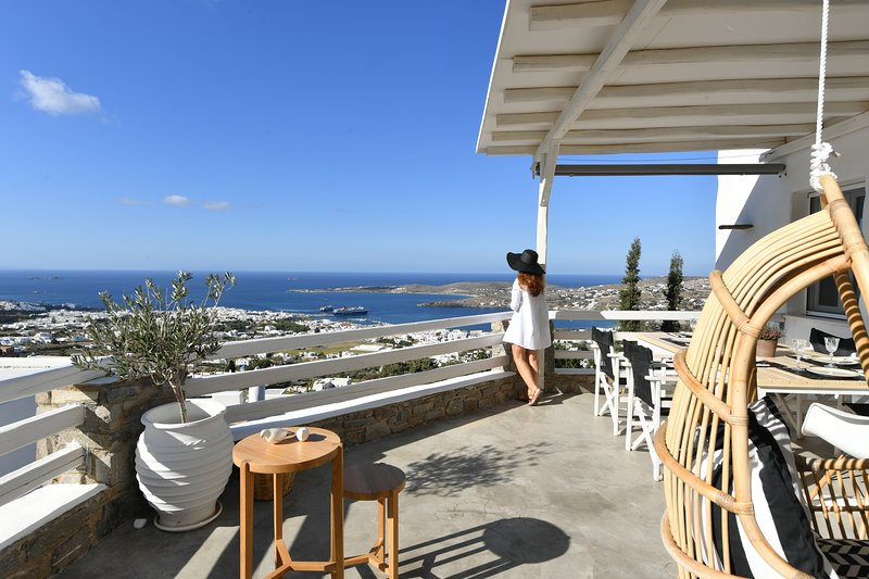 Infinity sea view hillside villa with private pool, location de vacances à Agios Charalampos