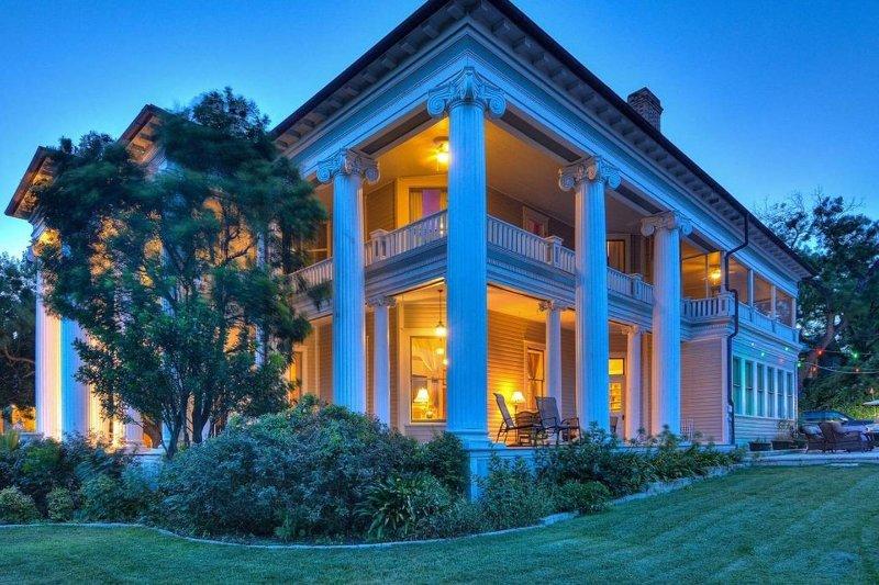 Hermosa mansión histórica situada en el centro de San Antonio, TX! A minutos de Riverwalk y Pearl!