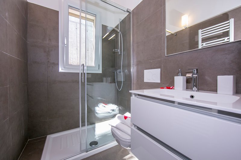 Bathroom 2 with shower box