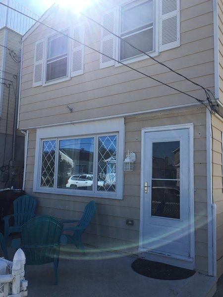 Updated 3-bedroom house with private yard, alquiler de vacaciones en Seaside Heights