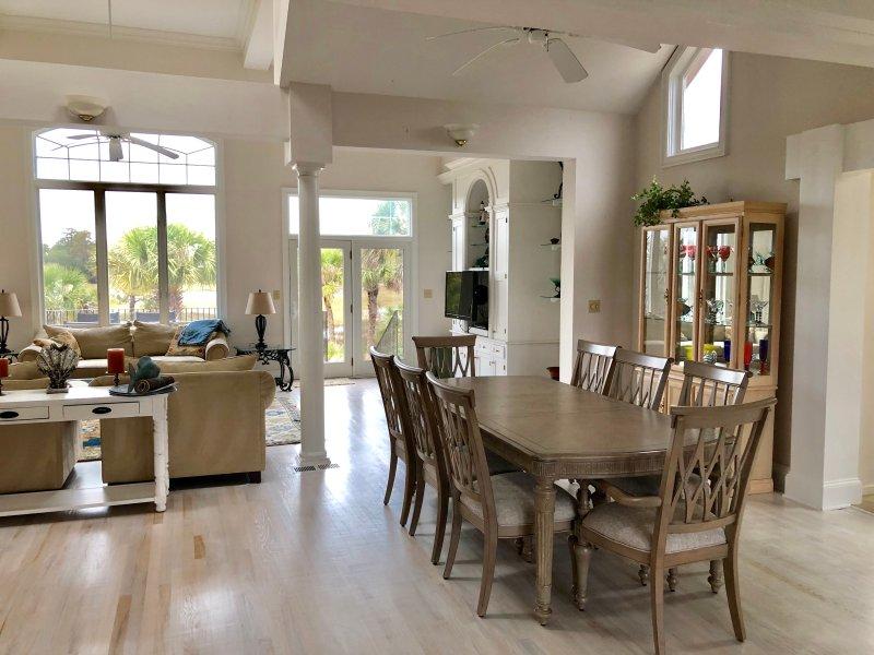El plan de piso abierto en el comedor y la gran sala tienen techos abovedados con mucha luz natural.