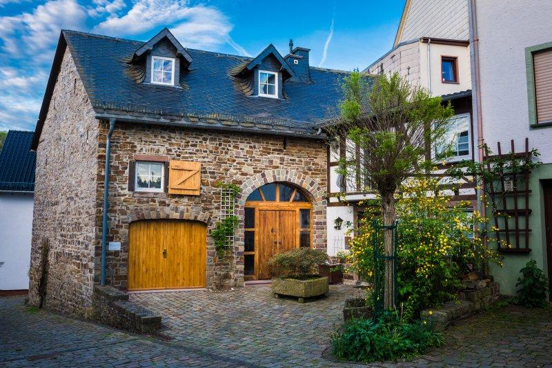 MaarZauber, zauberhafte alte Scheune, Haus am See, Eifel, Nähe Nürburgring, location de vacances à Berenbach