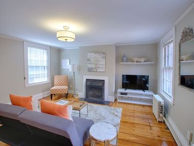 Stunning Renovated 1 Bedroom Apartment, Beacon Hill Boston, Private Deck, holiday rental in Chelsea