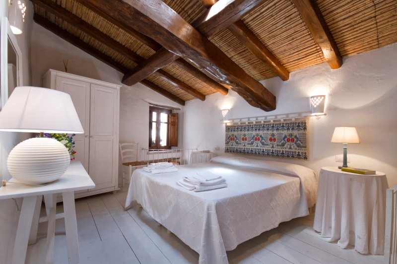 'Domu luscenti': tradizione e charme, holiday rental in Baunei