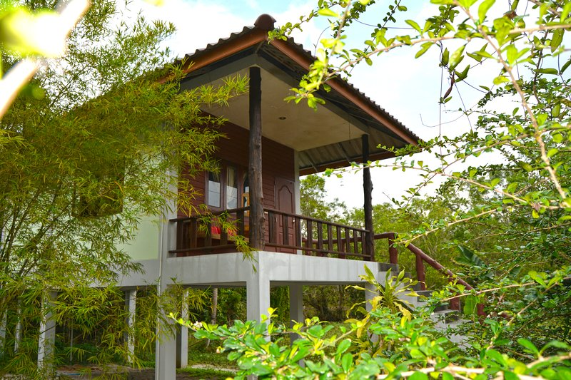 Cosy Traditional Bungalow - 1 min from the beach, vacation rental in Ban Thong Sala