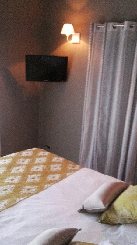 Zimmer im Erdgeschoss mit Bildschirm und große Lager und ein eigenes Bad