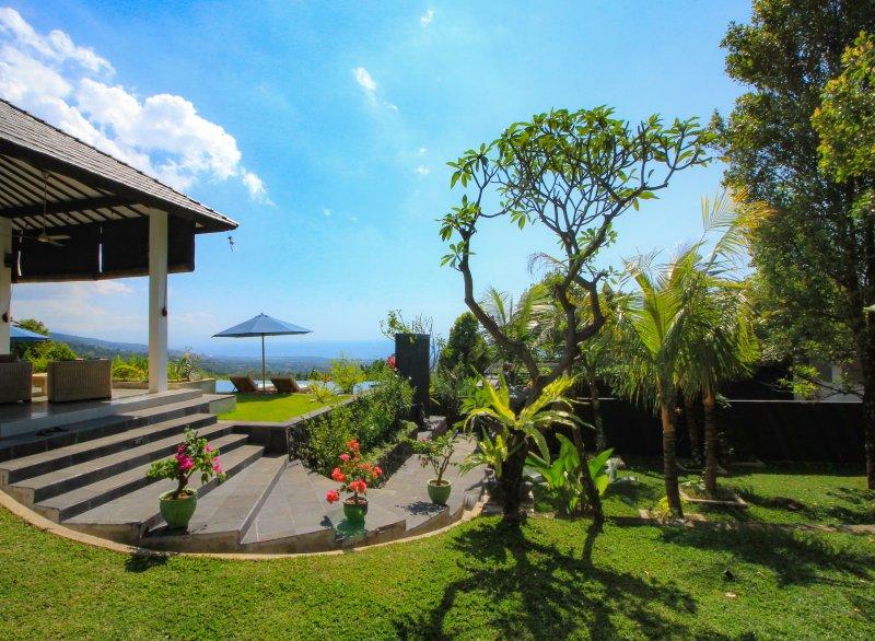 Villa Luna Resort, een adembenemend prive domein met een infinity zwembad, holiday rental in Munduk