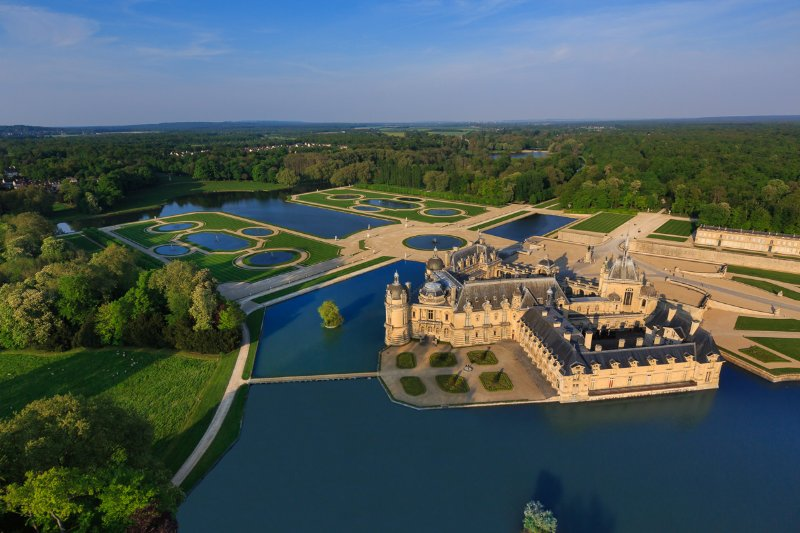 Chantilly castle accessible by bike path or 5 minutes by car