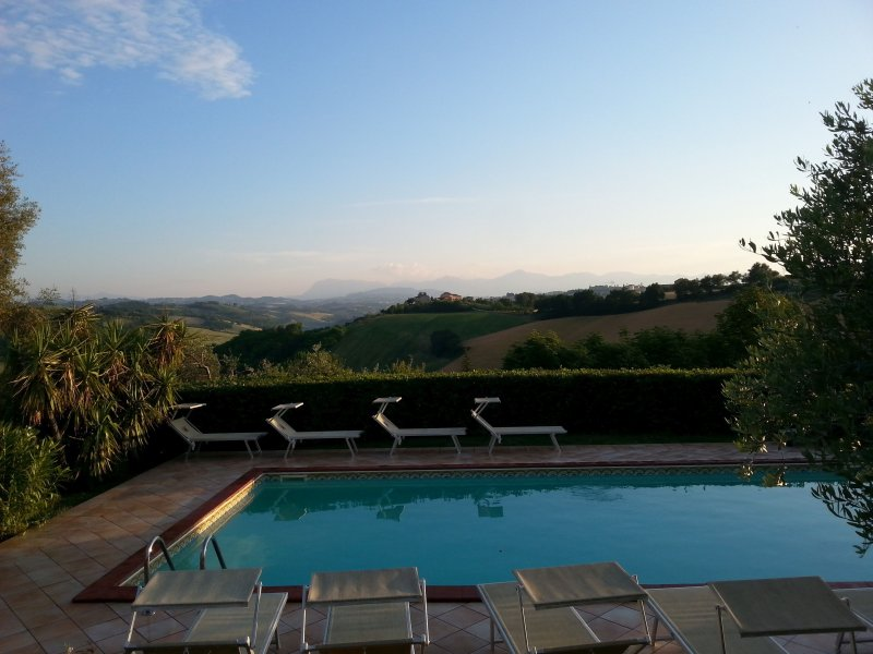 Exclusive hilltop villa with a panoramic pool in Italy, holiday rental in Monte Giberto