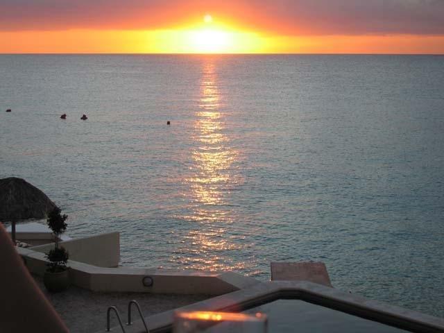 Regarder cocktail en sirotant le coucher du soleil