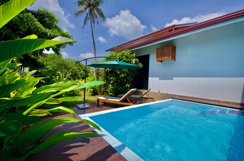 Studio Villa by canal with infinity-edge plunge pool, vacation rental in Waikkal