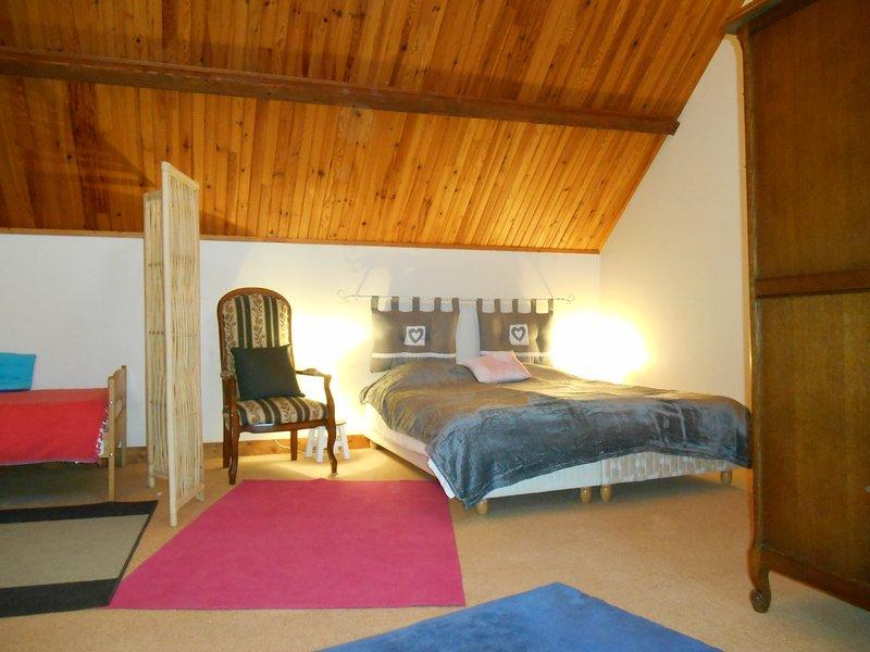 Das große Schlafzimmer im Obergeschoss (andere Ansicht)