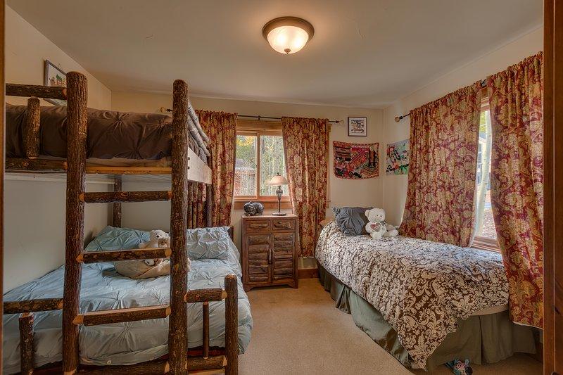 habitación de los niños con dos camas y literas