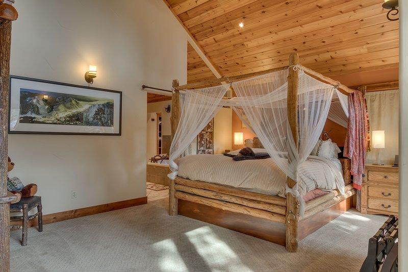 habitación del segundo piso principal con dosel cama king