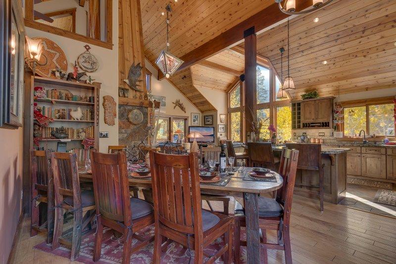 Área de comedor con 10 pies. larga mesa y asientos para 10