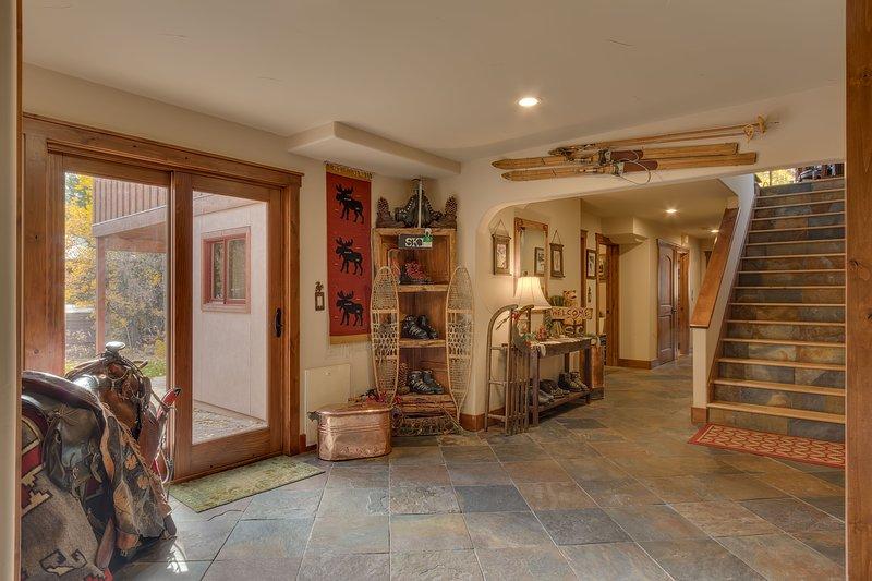 de entrada y pasillo de la planta baja escaleras que conducen a la sala de estar y cocina