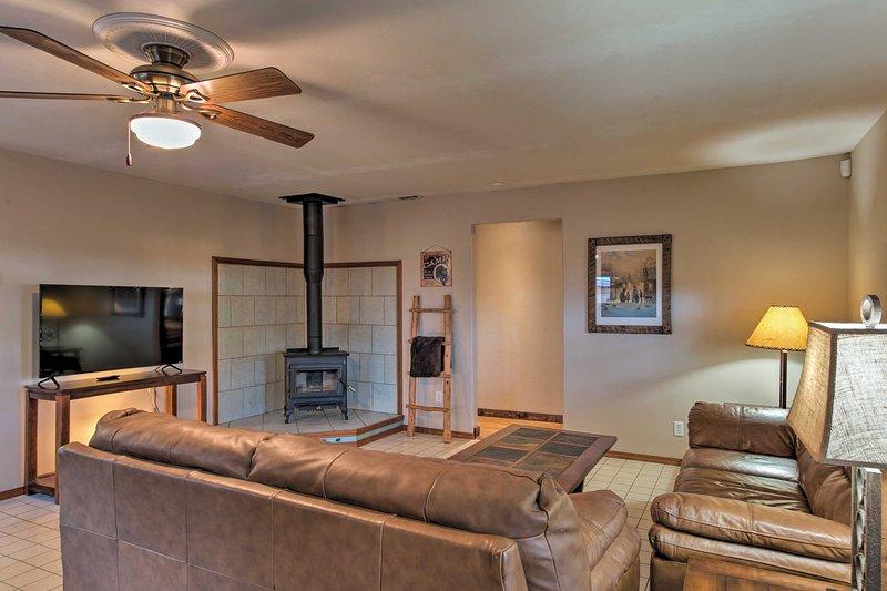 Le salon dispose d'une télévision par câble à écran plat et poêle à bois.