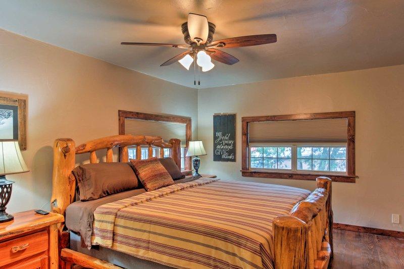 La chambre principale accueille un lit confortable king.
