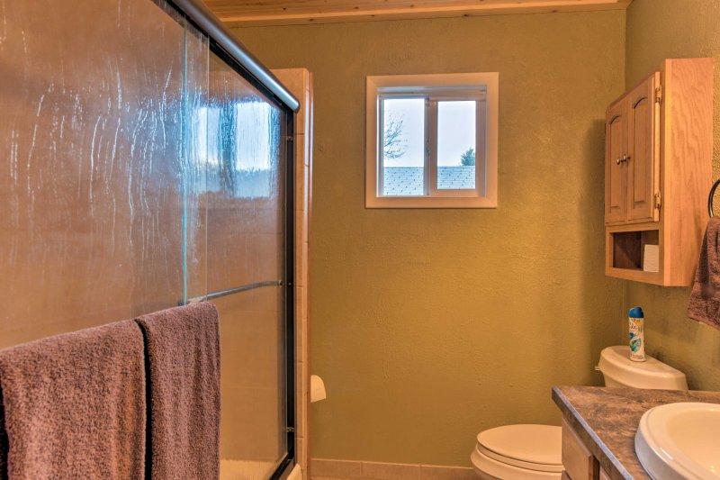 La salle de bain complète offre un combo douche / baignoire.