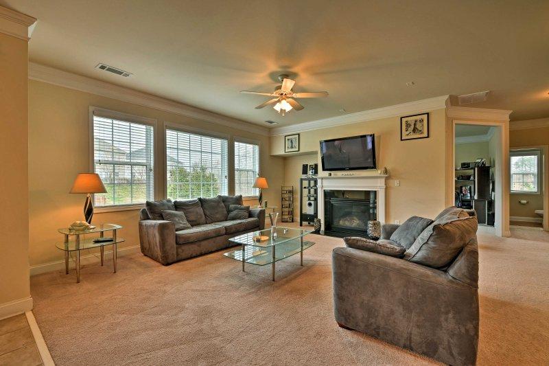 Descontraia-se na sala de estar a luz e arejado com uma televisão de ecrã plano por cabo.