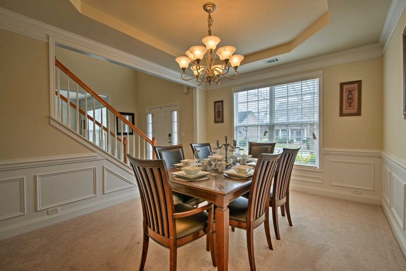 festas de família Relish em torno de 6 pessoas mesa de jantar formal.