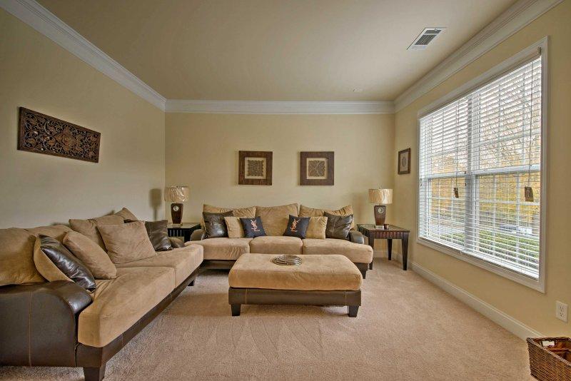 Desfrute de um momento de paz para si mesmo na sala de estar formal.
