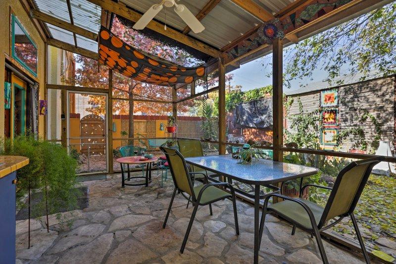 Détendez-vous en plein air sur la terrasse moustiquaire, peu importe le temps.