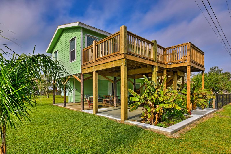 Discover the beauty of the Gulf Coast from this vacation rental near the beach!