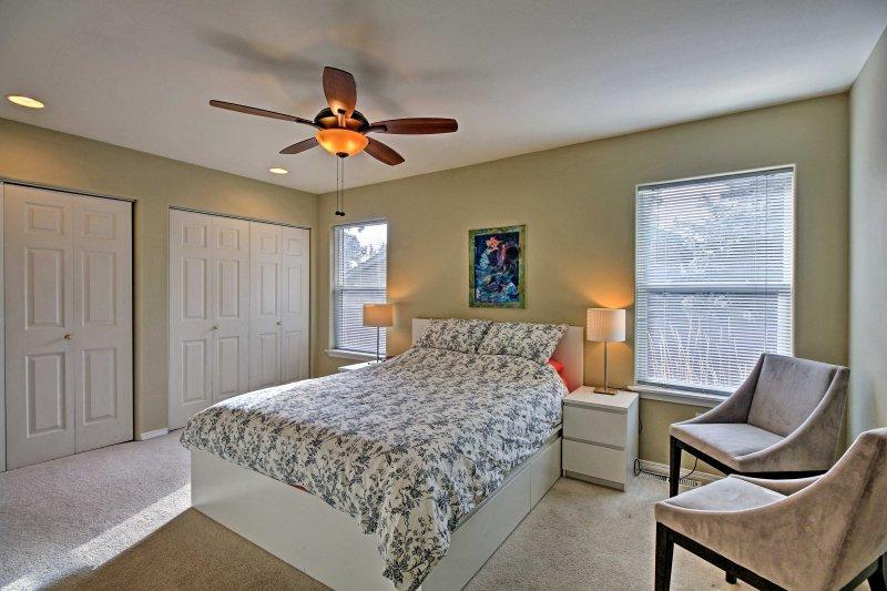 Apoya la cabeza en la cama suave en el dormitorio principal.