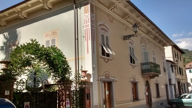 Wonderful historic villa with pool in the centre of Bagni di Lucca, vacation rental in Benabbio