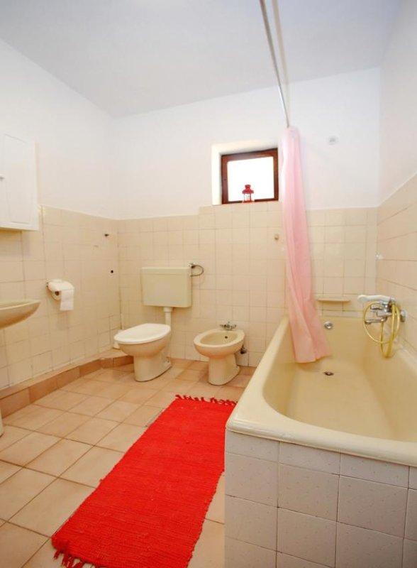 Badezimmer 1, Oberfläche: 6 m²