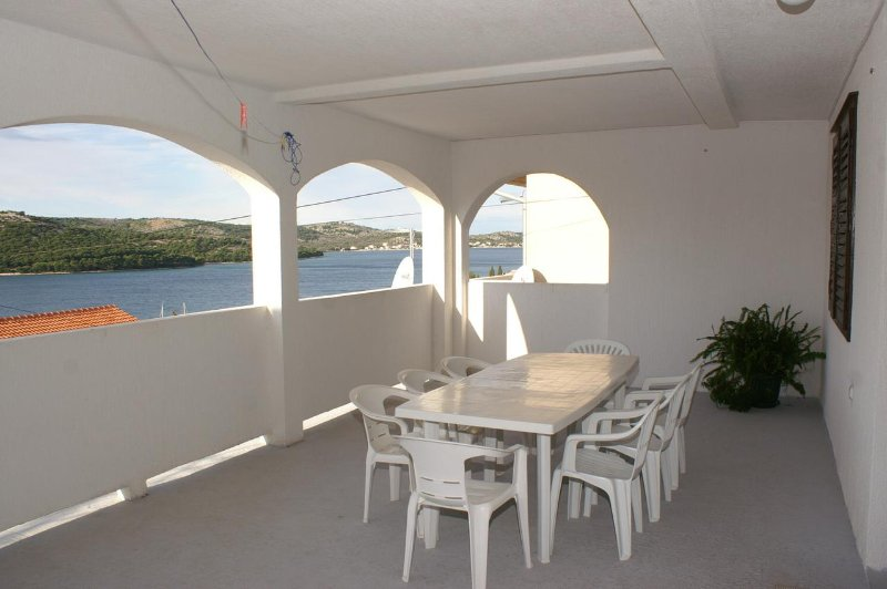 Tisno Apartment Sleeps 6 with Air Con - 5459804, holiday rental in Tijesno