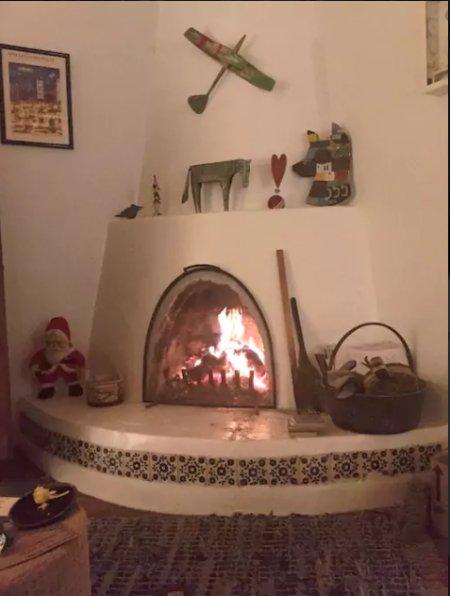 Pinon crépitant dans la cheminée kiva.