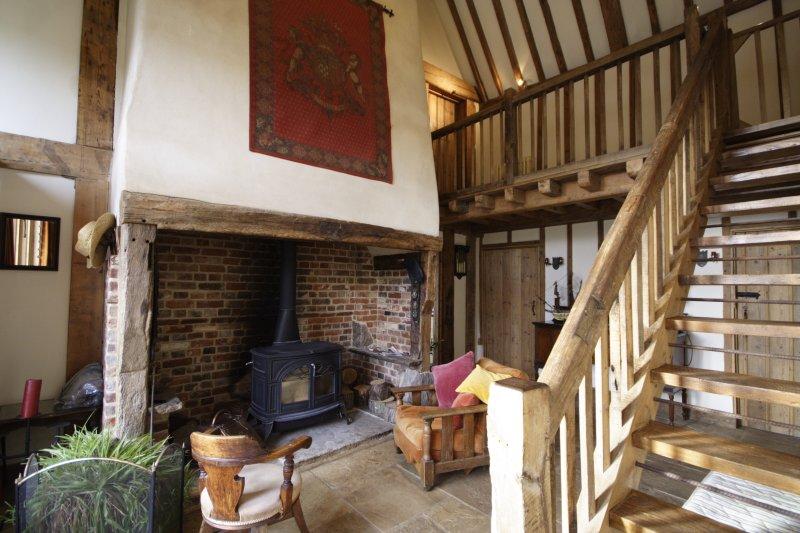 Die Eingangshalle. Die Eingangshalle hat bequeme Sofas und Stühle und einen funktionierenden Holzofen.