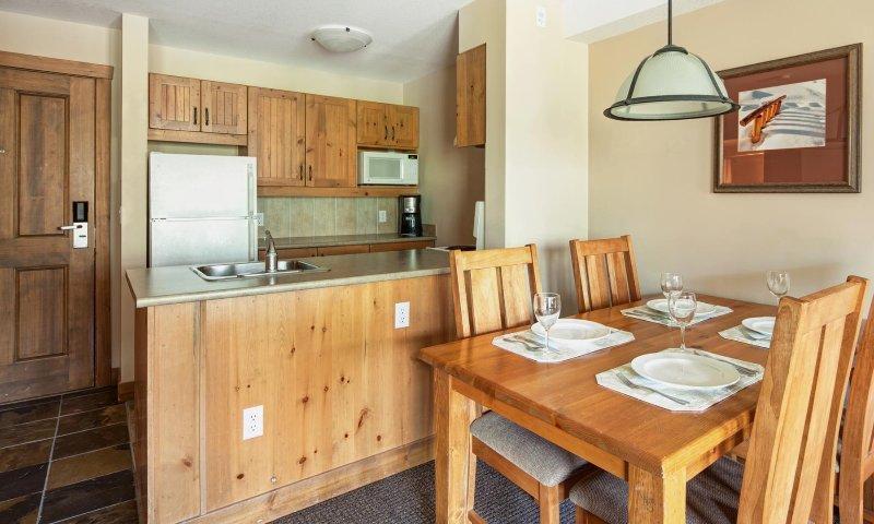 Disfrute preparando comidas familiares en esta cocina moderna, equipada con todo lo que necesita.