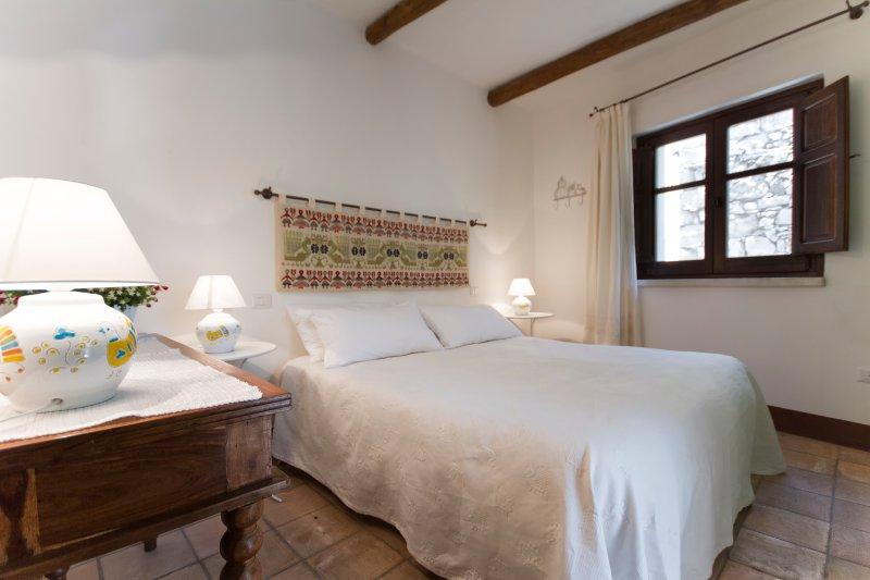 'Domu irde': da un antico rudere il nost, holiday rental in Baunei