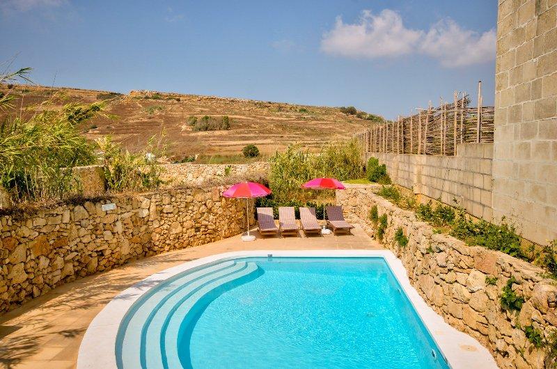 Victoria Villa Sleeps 4 with Pool - 5217831, alquiler vacacional en Ghasri