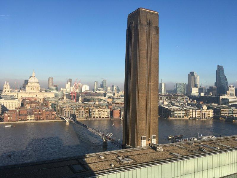 Tate Modern Art Gallery hat einen wunderbaren freien Aussichtsturm mit Blick über die Themse.