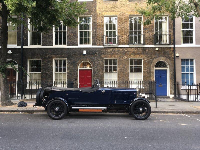 Die attraktiven Straßen rund um Bloomsbury ziehen die Menschen, die klassische Gebäude und Autos passen mögen.