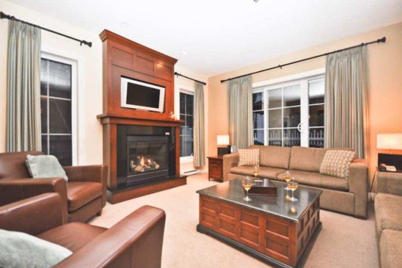 Gemütliche Open-Concept-Wohnfläche mit komfortablen Möbeln