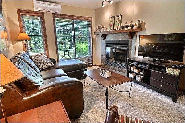 Wunderschön dekorierter Wohnbereich mit Holzkamin