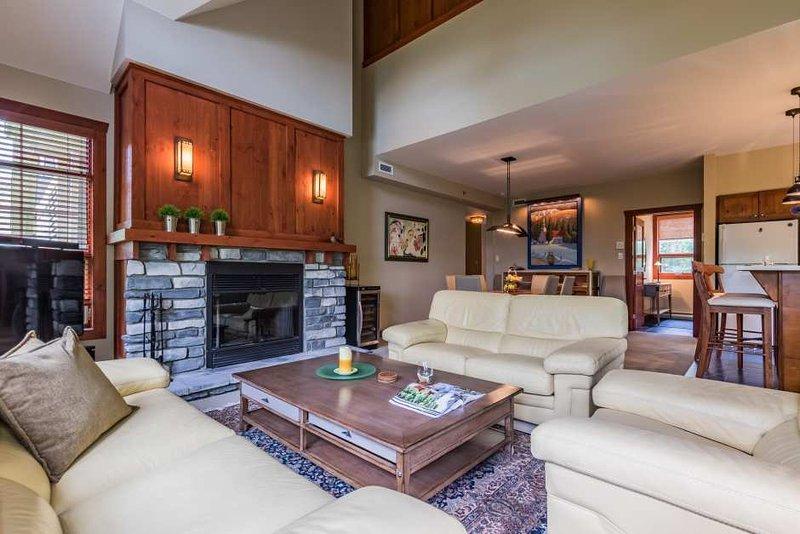 Sala de estar moderna con chimenea de gas y televisor de pantalla plana